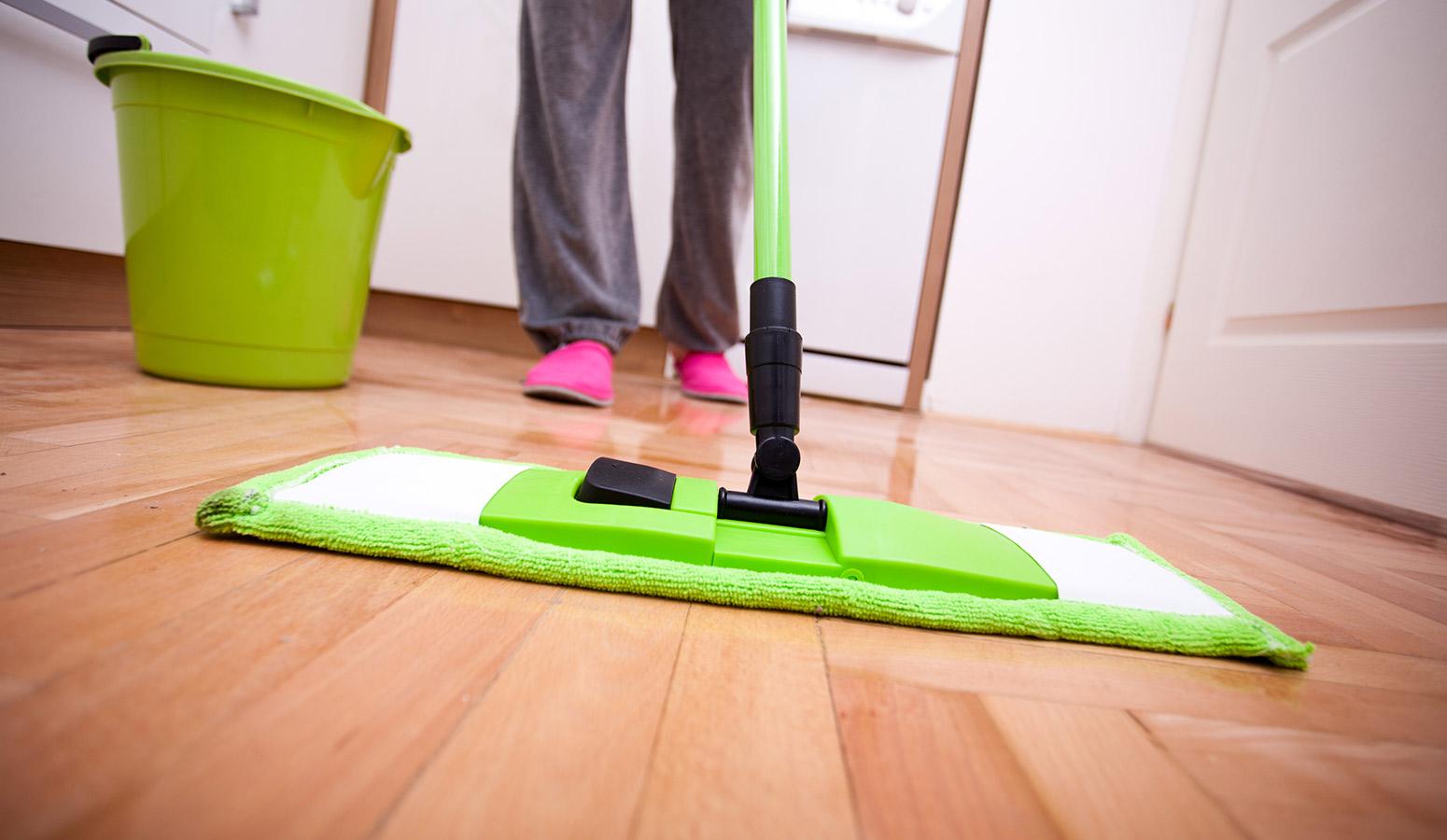 uklízení domu mopem