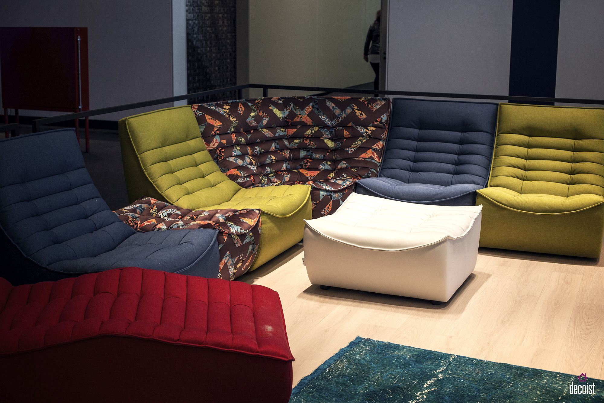 Adding-color-and-pattern-to-the-living-room-with-modular-sofa-units-from-Calia-Italia